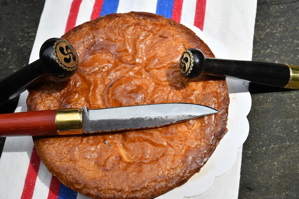 couteau-makila-et-gateau-basque
